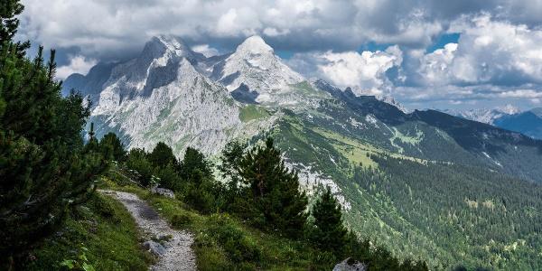 Wanderpfad mit Zugspitzmassiv im Hintergrund