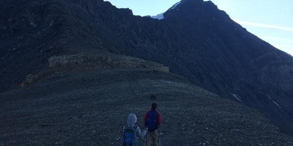 Kurz vor 8 Uhr auf 3100 Meter Höhe, der Gipfel rückt näher