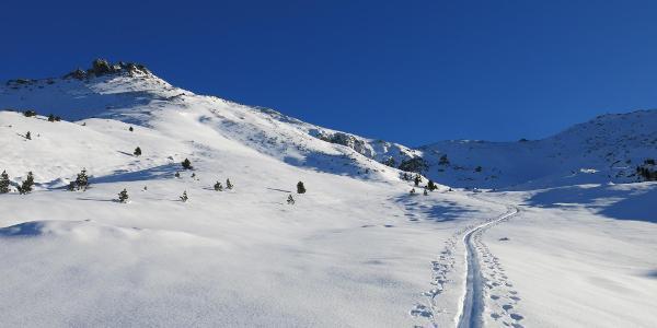 Eiskarspitze (2.611m) links und Eiskarjoch (Bildmitte)