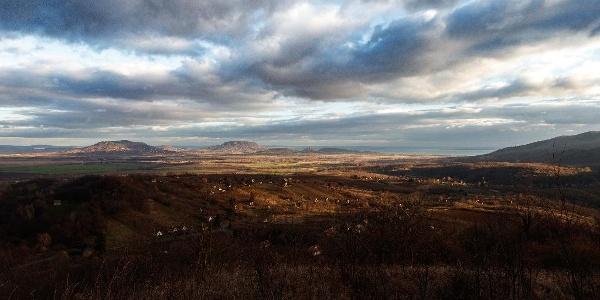 Téli látkép a Balaton-felvidék tanúhegyeire az Alsó-szőlőhegyi kilátóhelyről