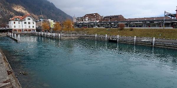 Schiffsanlegestelle und Bahnhof Interlaken-West.