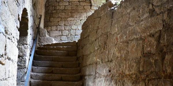 Wuchtiger Sandstein in den Bastionen.