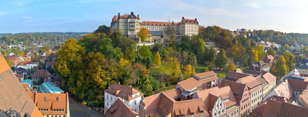 Das Schloss thront über der Stadt