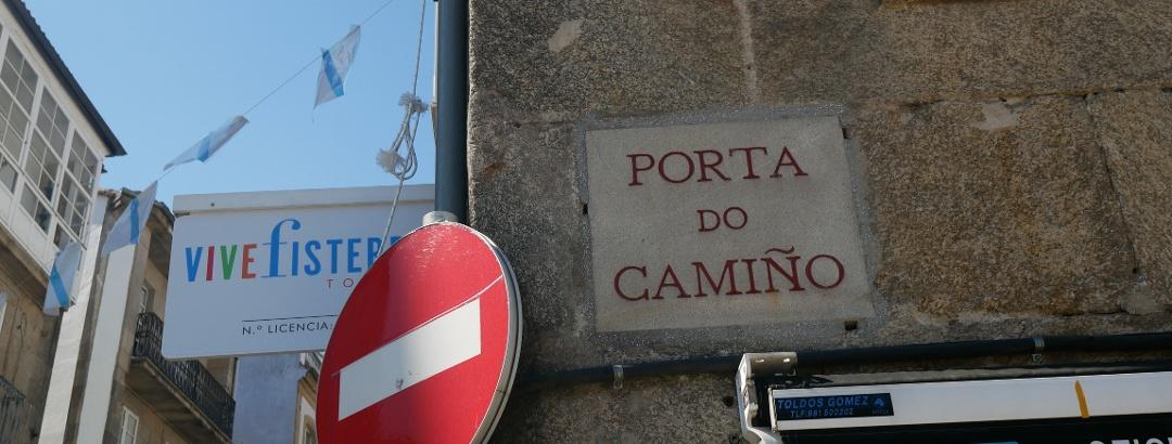 Placa incrustada que recuerda a la Porta do Camiño
