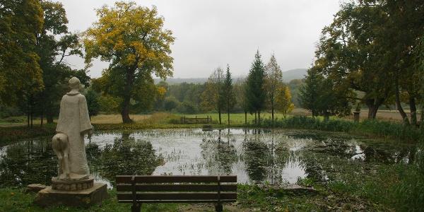 Szent Gellért szobra a tó mellett