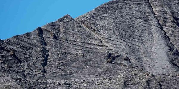 Sichtbare Falten auf der Ostseite des Piz Segnas