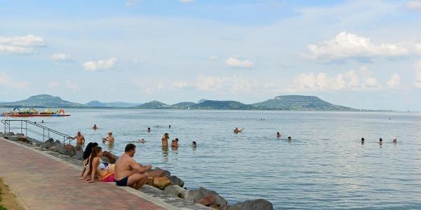 A balatongyöröki strand látványos hátterét a tanúhegyek adják