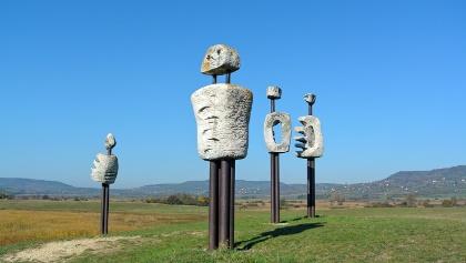 Az Emberi komédia szoborcsoport a Kornyi-tónál