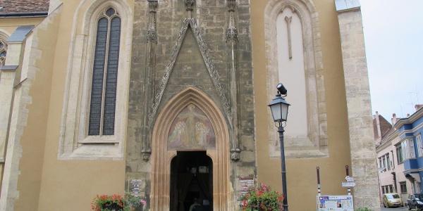 A soproni Kecske-templom főbejárata, fölötte a névadó kecskés Geissel címerrel