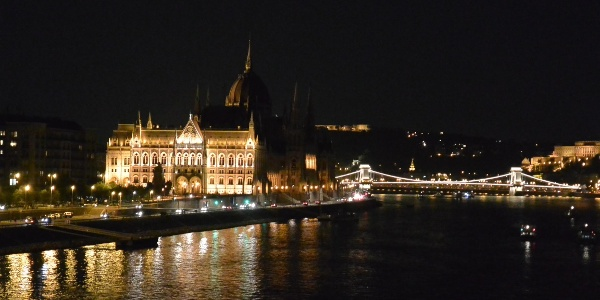 A Parlament és a Lánchíd este
