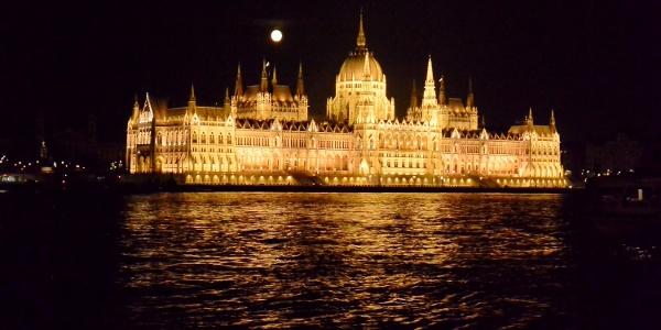 A Parlament éjszakai díszkivilágításban