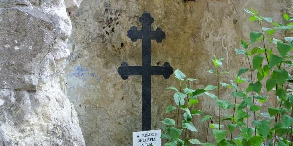A remete jelképes sírja a zebegényi sziklakápolnánál
