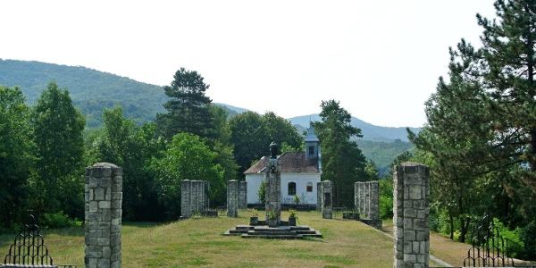 A zebegényi Hősi emlékmű mögött látható a kálvária-kápolna
