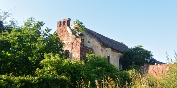 Az egykori zsinagóga romos épülete Kővágóörsön