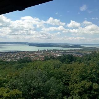 Kilátás a Balatonra és a Tihanyi-félszigetre a balatonfüredi Jókai-kilátóból
