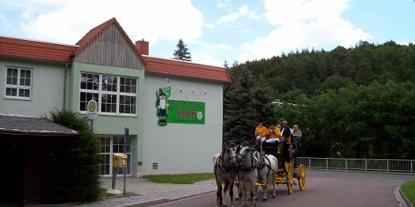 Postkutsche vor dem KNOX-Räucherkerzenmuseum in Grund