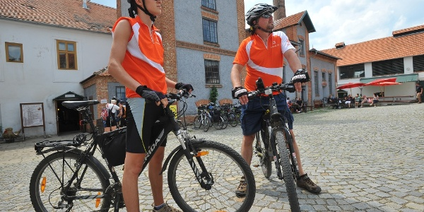 Cyklisté u pivovaru Dalešice