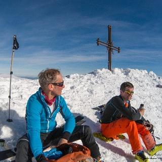 gemütliche Gipfelrast in der Sonne auf dem Spitzstein
