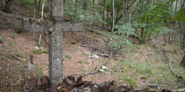 Remains of the Great War on the path towards Dosso Alto