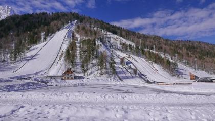 Links die Skiflugschanze Planica, rechts 7 weitere Schanzen