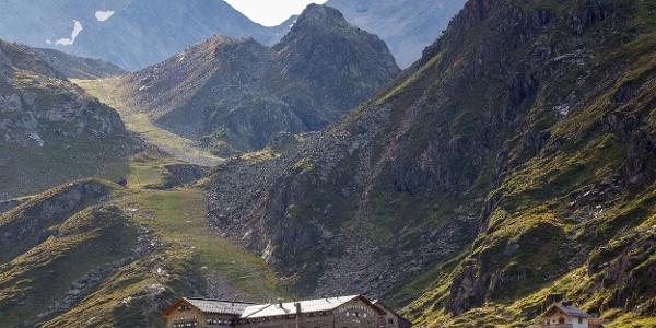 Dresdner Hütte mit Daunscharte im Hintergrund