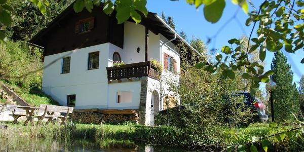 Ferienhaus_Josefa_Außenansicht_mit_Teich