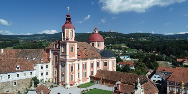 Pfarrkirche Pöllau und Wallfahrtskirche Pöllauberg im Hintergrund