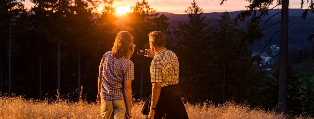 Wittgensteiner Schieferpfad_Paar schießt Foto vom Sonnenuntergang