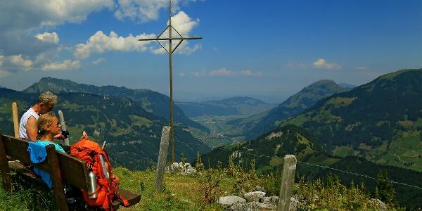 Beim Kreuz auf der Walenalp mit Blick über das Untere Engelbergertal.