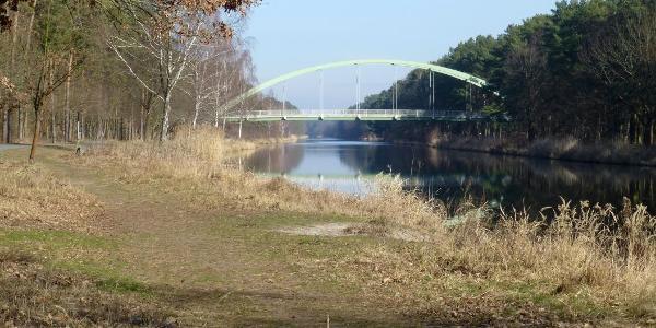 Über diese Brücke fährt man auf die Ostseite der Havel