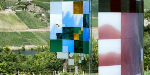 Glasskulpturen vor dem Weinberg