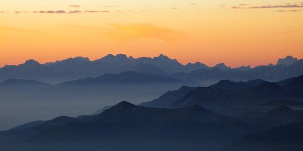 Sonnenaufgang auf der Müllerhütte mit Blick Richtung Ridnaun. Am Horizont die Dolomiten.