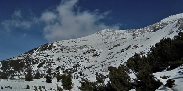 Meja se dviga za grebenom, ki pelje tudi proti Rušnatemu vrhu