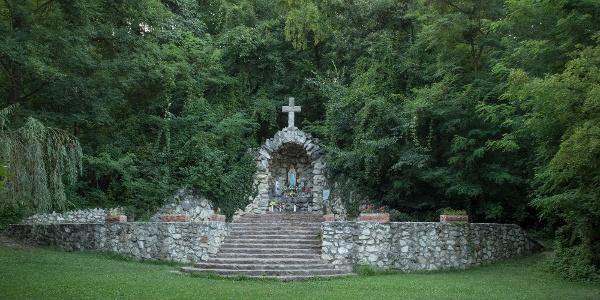 A Mária-kút szépen gondozott lourdi szentélye