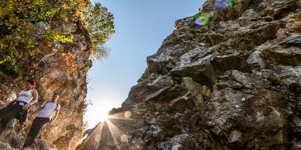A PL és ZL jelzés a csókakői vár melletti szikláknál