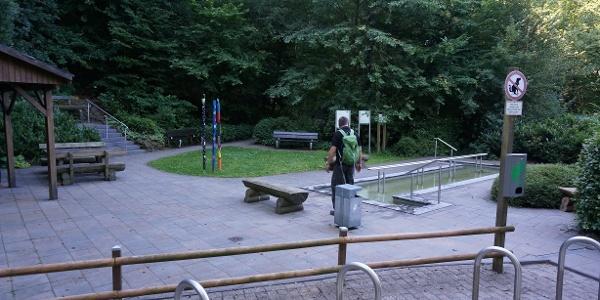 """Wassertretstelle am Naturpark-Wanderparkplatz """" Am Freden""""."""