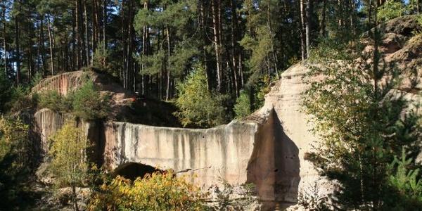 """Ansicht auf die Steinbrüche auf dem Wanderweg """"Steinbruchweg""""."""