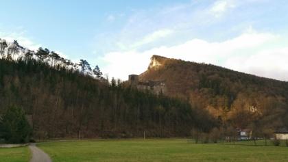 Da muss man hoch und dann rechts dem Bergkamm entlang.