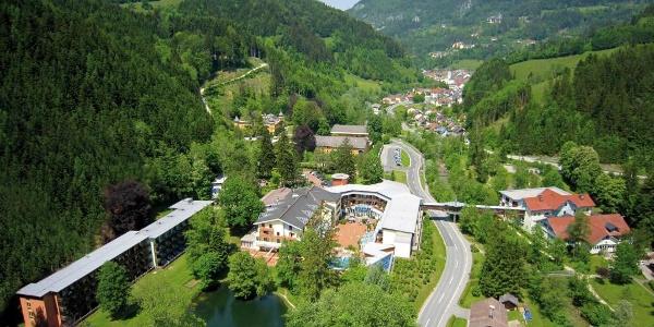 Luftaufnahme über Bad Eisenkappel mit Kuranstalt - Südansicht