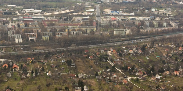 Kora tavaszi látkép a Ranzinger-kilátóból az M1-es autópálya és Tatabánya felé