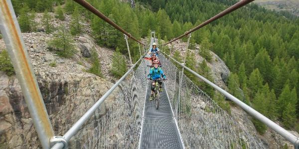 Vers Furi en passant sur le pont suspendu