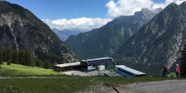 Etappe 1: Blick zur Bergstation Dorfbahn Richtung Ausgang Brandnertal