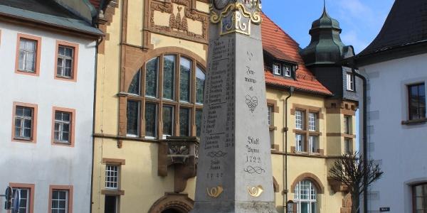 Historische Postmeilensäule auf dem Marktplatz in Auma
