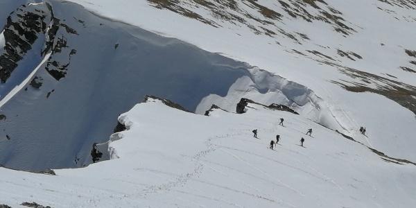 Blick vom Weißeck zurück in den steilen südseitigen Gipfelhang ...