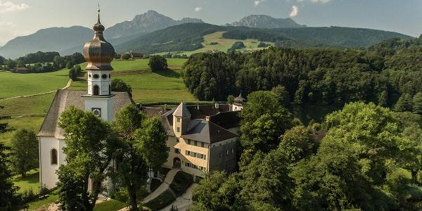 Das ehemalige Kloster Höglwörth, im Hintergrund das Hochstaufen Massiv