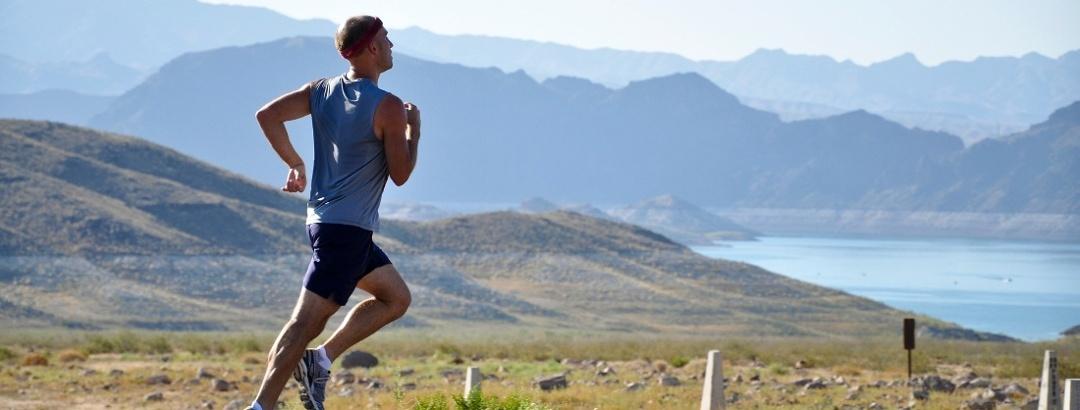 Juoksulenkillä vuoristomaisemissa