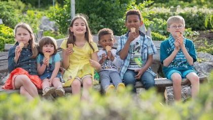 Kinder vor dem Kräutergarten