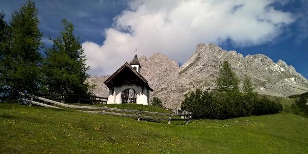 Die Marienbergkapelle vor Wamperter Schrofen und Marienbergspitzen