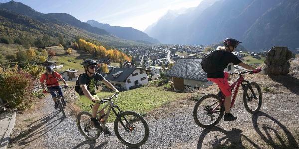 Mountainbike-Familie in Grächen