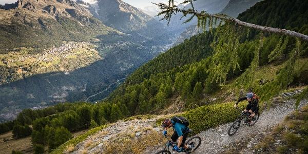 2 Mountainbiker über das Saastal
